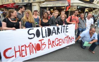 Le rassemblement devant l'ambassade d'Argentine